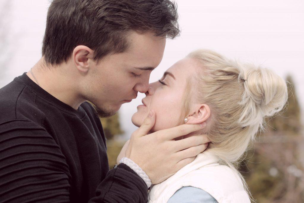 Как по языку тела понять, что мужчина в вас влюблен: 6 ярких признаков