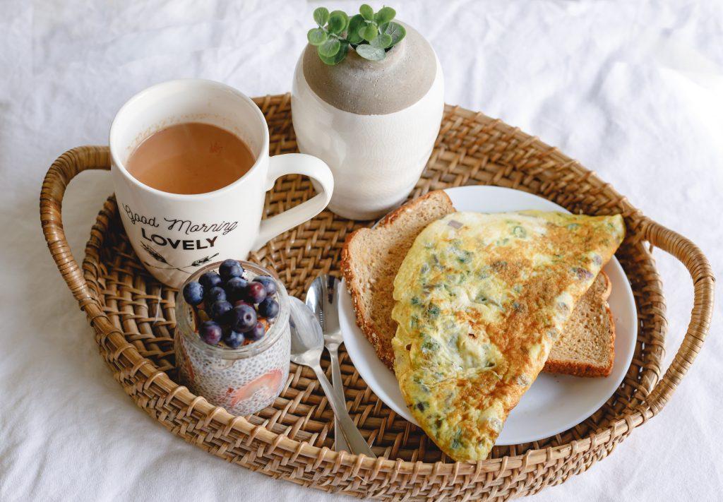 3 привычки во время завтрака, которые мешают сделать талию тонкой