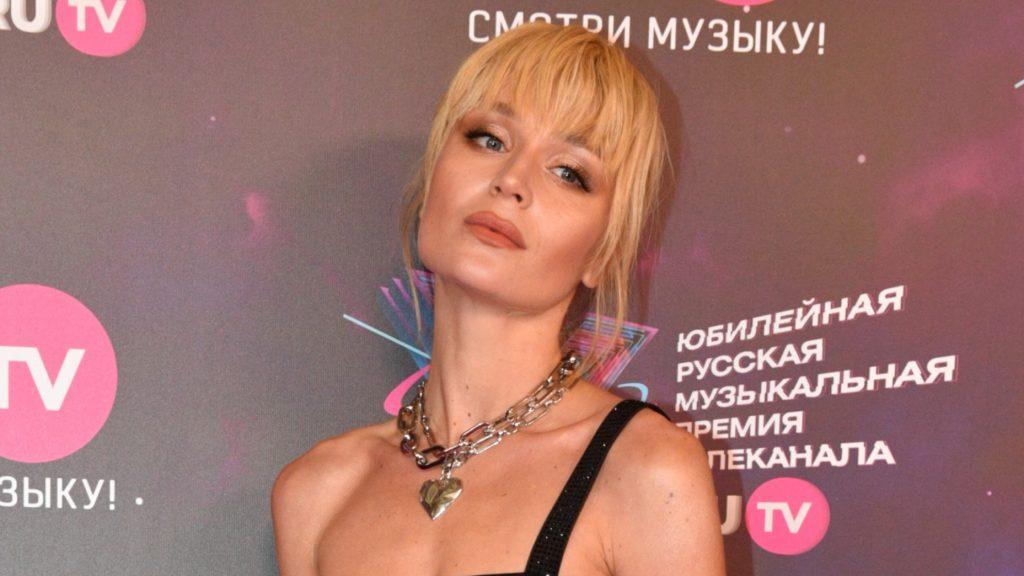 Полина Гагарина выбрала смелое решение: звезда продемонстрировала образ с новой коллекции сумок LIU JO