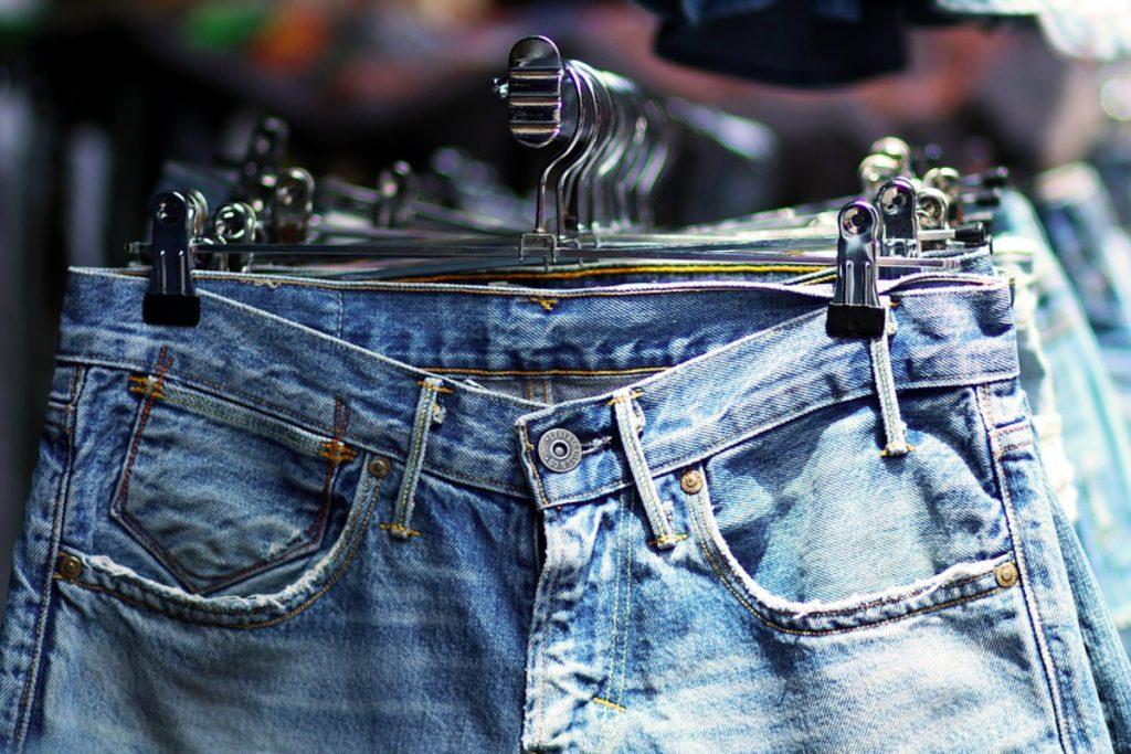 Как носить джинсы осенью 2021: 3 самых стильных образа, которые подойдут каждой