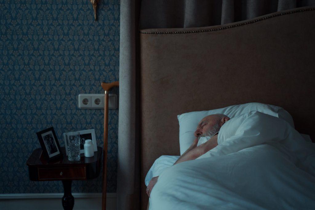 Странный симптом ночью, который говорит, что нужно провериться на деменцию