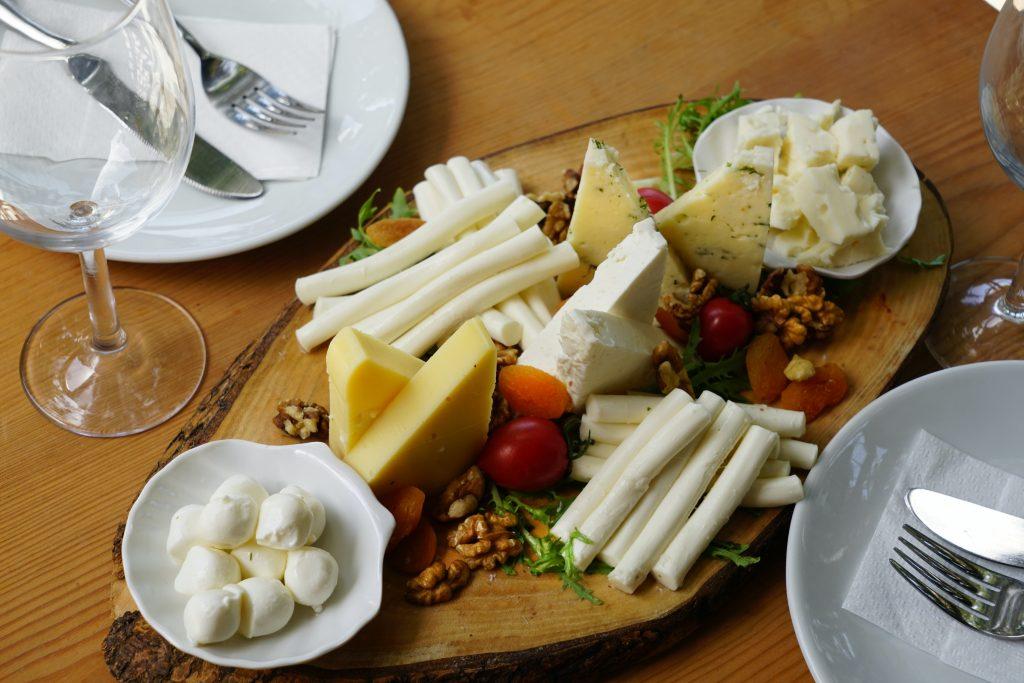 Если вам больше 65 лет, никогда не ешьте следующий вид сыра