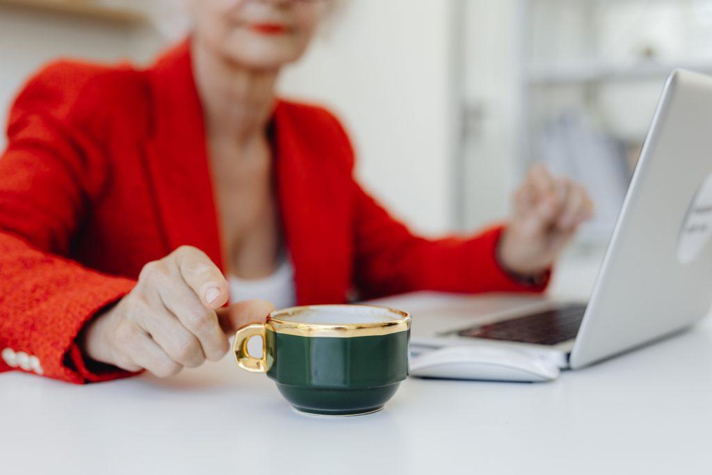 Одна опасная вещь, которую люди старше 65 лет делают со своим кофе