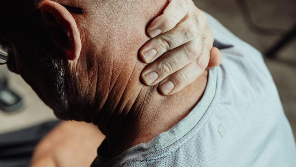 Болит правая сторона шеи: стоит ли волноваться и записываться к врачу?