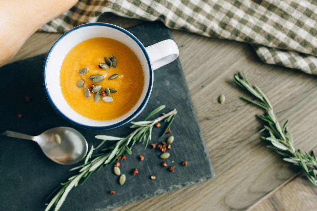 Идеально для осени: как приготовить вкусный тыквенный суп всего за 20 минут