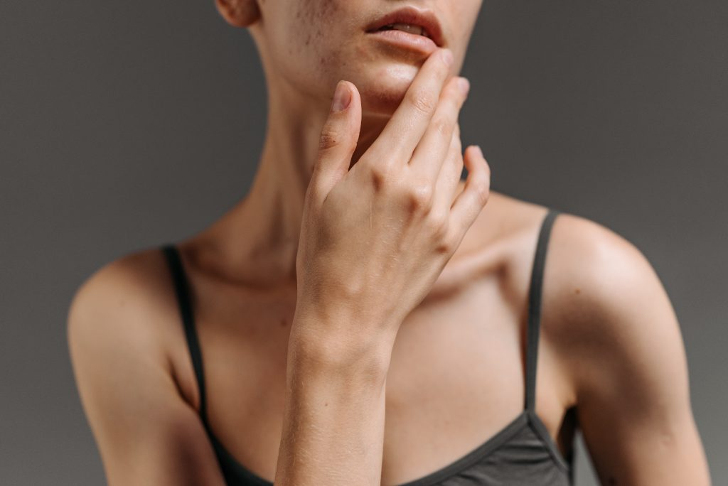 Ранний признак болезни Паркинсона, который можно заметить во рту