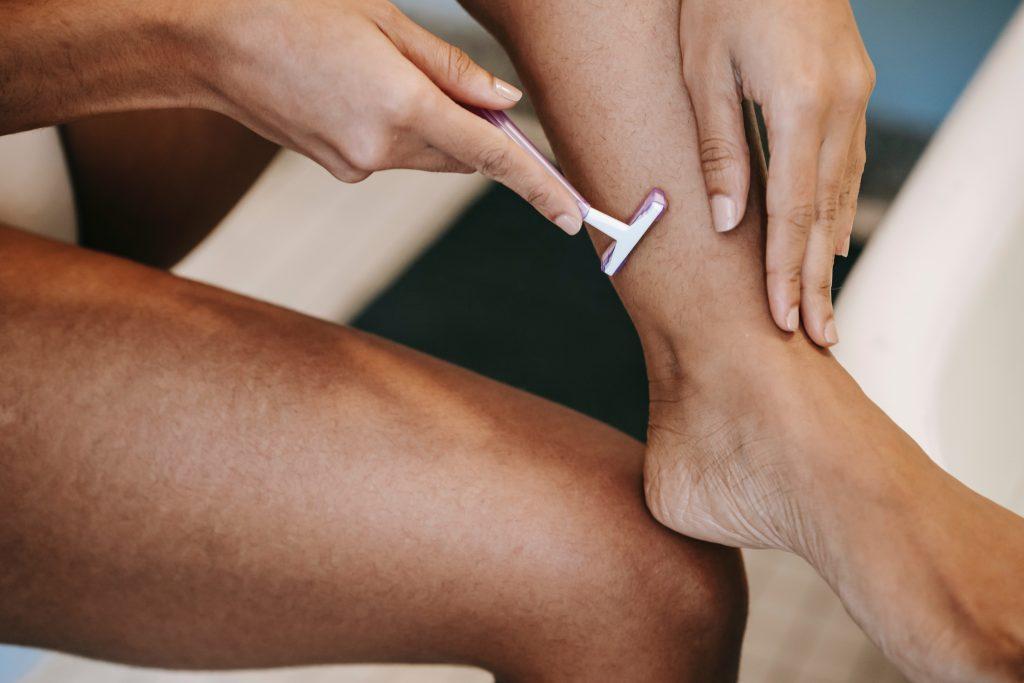 Безобидная ошибка во время бритья, которая виновата в ваших порезах и раздражении