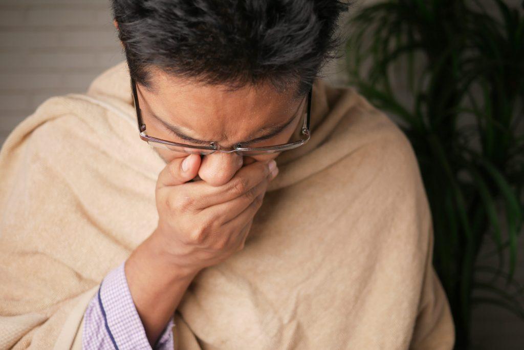 Как понять, COVID-19 у вас или обычная простуда: перечислены отличительные симптомы